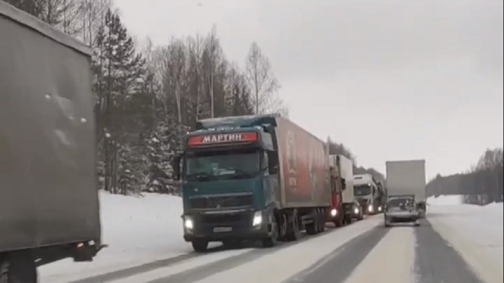 В Пермском крае из-за снегопадов на федеральной трассе скопилась пробка