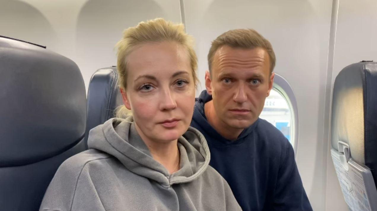 «Мальчик, водочки нам принеси, мы домой летим» — перед вылетом из Германии Навальные разыграли знаменитую сцену из «Брата-2»