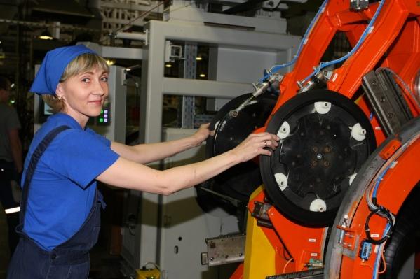 На предприятии в Омске работают почти 900 человек
