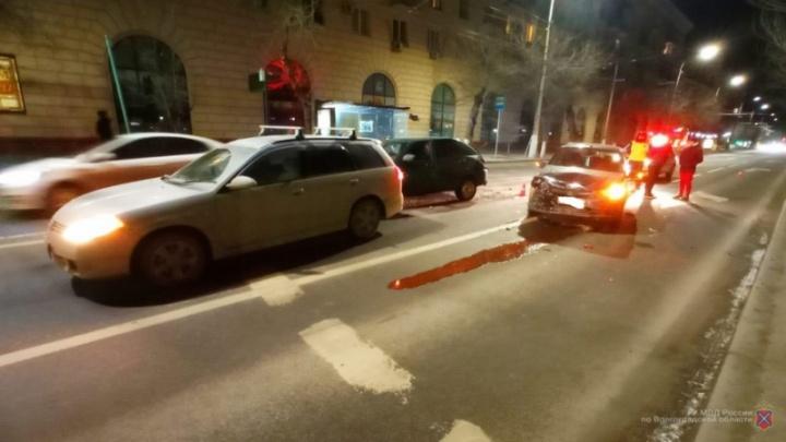 В центре Волгограда столкнулись три машины. Женщина в больнице
