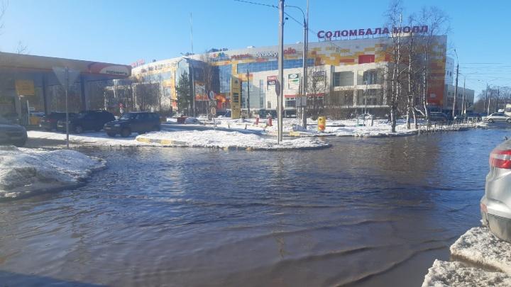 Колеса полностью уходят под воду: пешеходы засняли на видео «море», которое разлилось в Соломбале