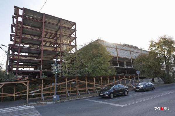 Многоэтажный остов планируемого развлекательного центра стоял на перекрестке в центре города 14 лет