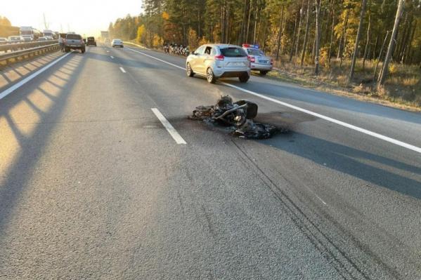 После столкновения мотоцикл сгорел и расплавился
