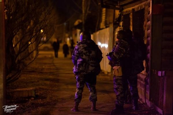 Границы улицы Амурской оцепили силовики, они были в касках, с оружием и в бронежилетах. Здесь штурмовали дом, в котором закрылись двое мужчин