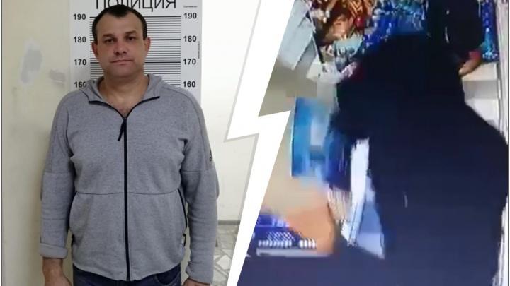 Бил пистолетом по голове: в Екатеринбурге зверское нападение на женщину-продавца попало на видео