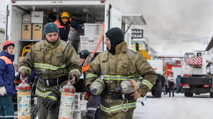 «Их послали туда совершенно зря»: история пожарных, которые пошли искать рабочего на горящем складе и не смогли вернуться