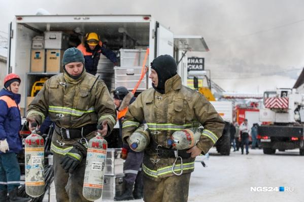 Трое пожарных отправились в охваченное пожаром и едким дымом здание склада. И не вернулись