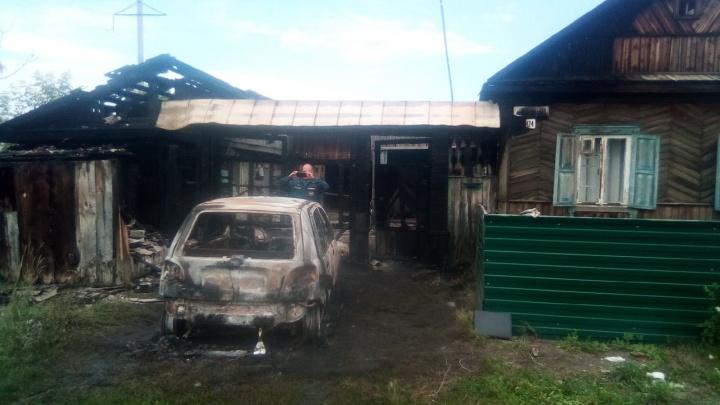 Поджигатель устроил пожар во дворе учителя сельской школы. Женщина с ребенком чудом спаслись из огня