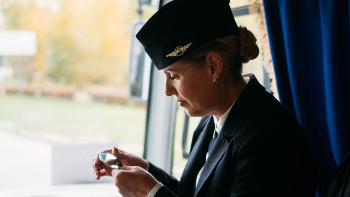 «Я отличаюсь. Это зависть!»: омская кондуктор-стюардесса увольняется из-за травли и графика