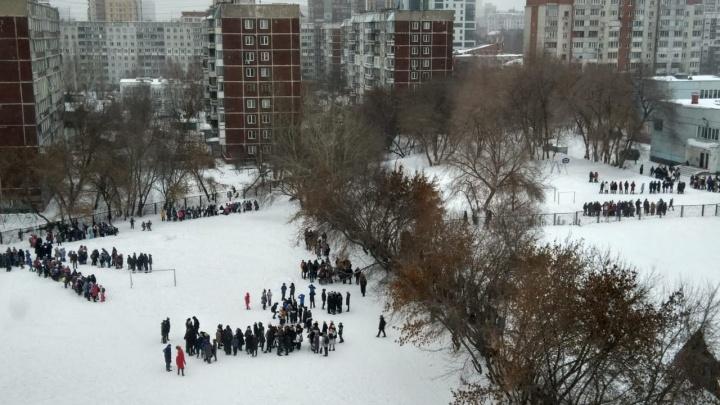 Сообщили о минировании: в Новосибирске эвакуировали учеников нескольких школ