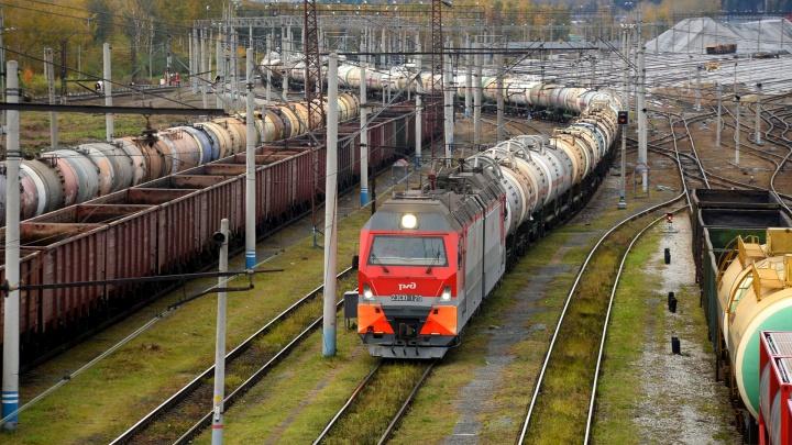 На Урале специалисту по безопасности движения раздавило руку, когда она пыталась пролезть под поездом