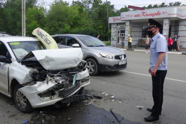 Машина получила серьезные повреждения, ее увезли на эвакуаторе