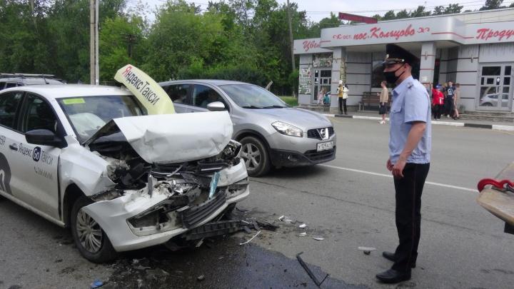 В Екатеринбурге таксист врезался в экскаватор, когда вез на учебу трех студенток. Все в больнице