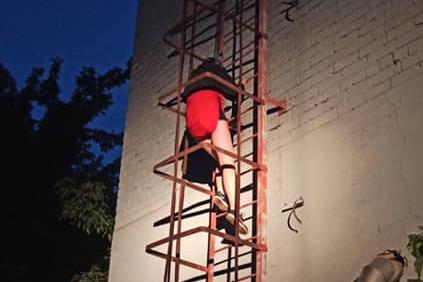Ночью спасатели Тольятти сняли с крыши двух девушек