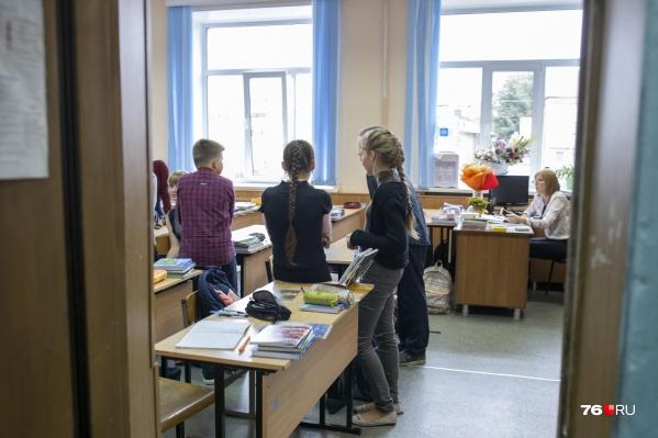 Некоторые ярославцы считают, что школьников пора распускать по домам, другие — против этого