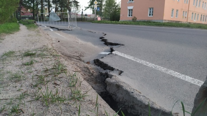 «Дорога начала сползать в обрыв»: в Рыбинске на дороге образовался стометровый разлом