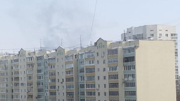 Жителей дома эвакуируют: в многоэтажке на Юмашева произошел пожар