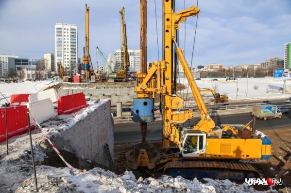 В начале осени завершится первый этап строительства, остальные работы — обещают закончить до декабря