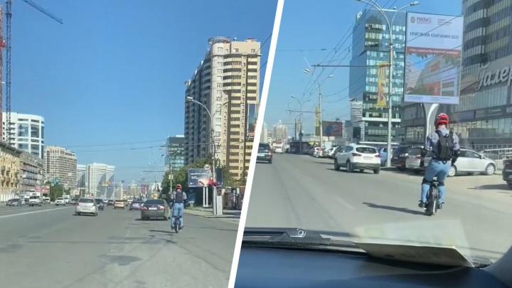 Новосибирец проехал на моноколесе по Кирова — в ГИБДД рассказали, что ему за это грозит