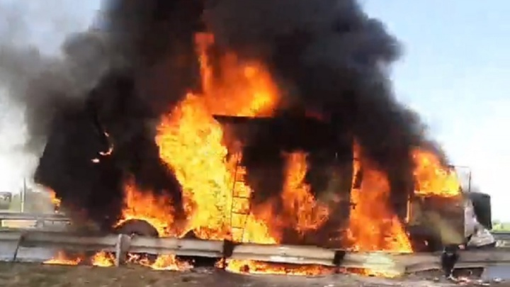 На трассе под Краснокамском загорелись два грузовика. Видео