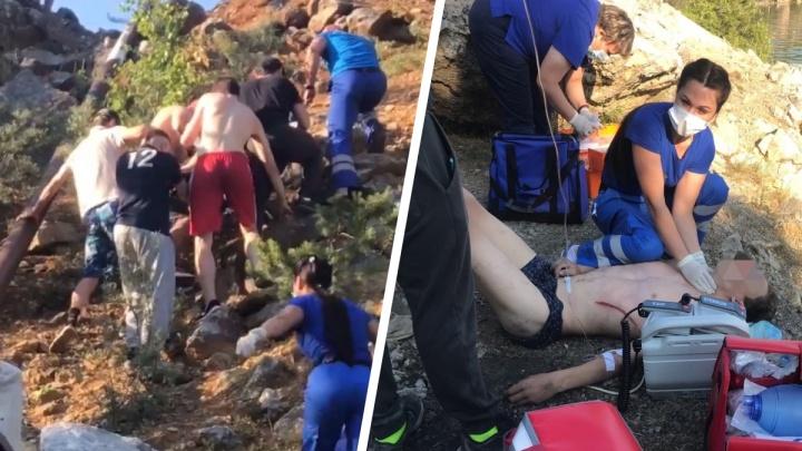 «Он начал дышать!» Как на Урале врачи скорой откачивали 14-летнего парня, которого ударило током на карьере. Видео