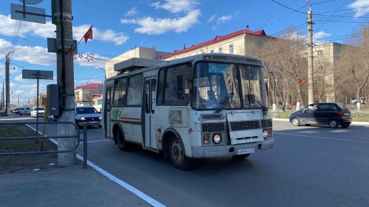 «Автобусы в часы пик полупустые»: власти Кургана объяснили сокращение общественного транспорта