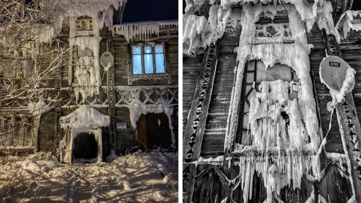 В Архангельске фотограф наткнулся на заледеневший дом, который можно снимать в фильме ужасов