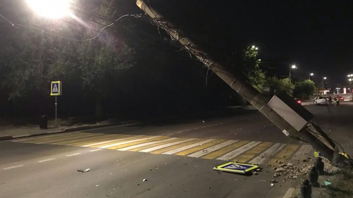 Автомобиль снес фонарный столб в Ленинском районе. Два человека пострадали
