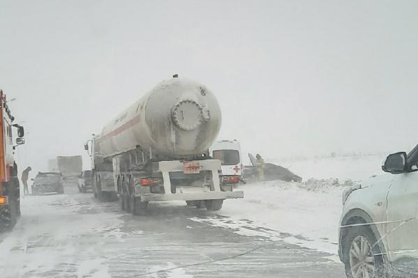 Движение по М-5 в Челябинской области пока не перекрыто, но автомобилисты сообщают о плохой видимости, авариях и пробках