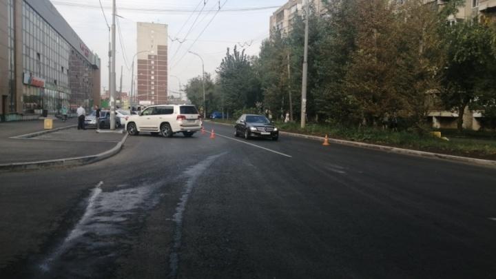 Появилось видео аварии на Уралмаше, где внедорожник сбил десятилетнюю девочку