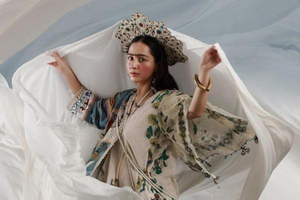 Сама Манижа говорит, что песняRussian Woman — об изменившемся за века самоощущении женщины