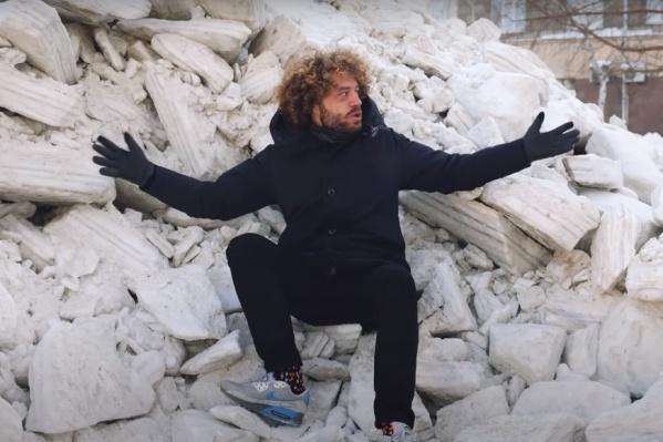 Илья Варламов начал выпуск, сидя на куче снежных глыб