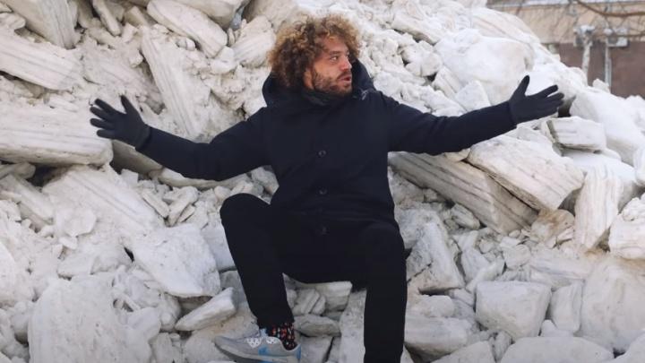 «Снежная катастрофа»: Илья Варламов высмеял уборку улиц в Новосибирске (оцените его фото на фоне сугробов)