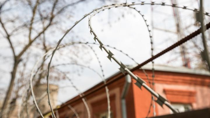 В Каменске-Шахтинском мужчина убил 18-летнюю подругу, спрятал тело под пледом в подъезде и сбежал