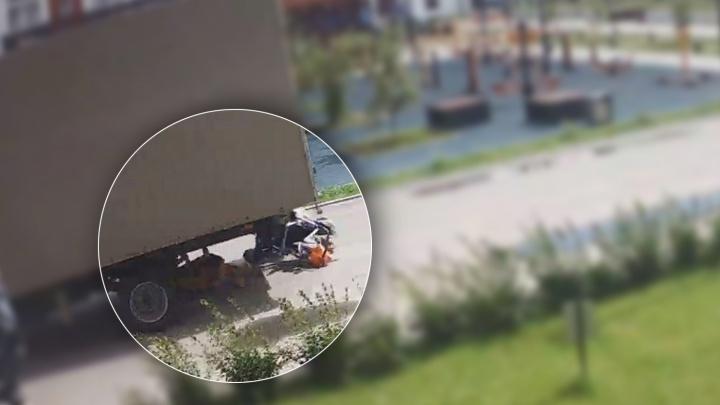 Детей затащило под машину. В Тюмени «Газель» сбила женщину с коляской