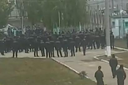 «Новая газета» опубликовала видео, на котором десятки людей в камуфляже входят на территорию ИК