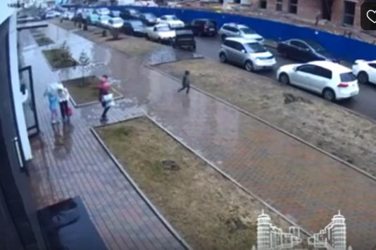 Мальчик вышел из подъезда и сразу рванул к дороге