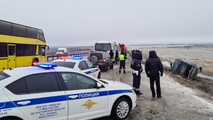 Тело еще одной жертвы нашли под перевернувшимся на Дону автобусом