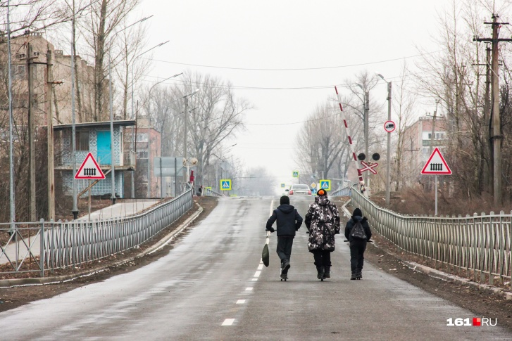 Облагороженная дорога в Гуково — новые фонари, заборы и асфальт. Но железнодорожный переезд опустел — по этим рельсам уже давно не ходят составы с углем