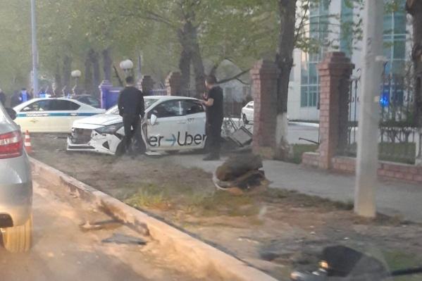 Машину такси выбросило на тротуар
