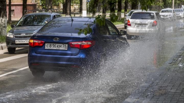 Прорвавшаяся через дырку вода заливает набережную Волгограда