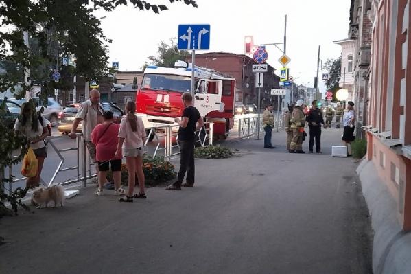 Жителей дома на Фрунзе, 41 эвакуировали: несколько часов они простояли на улице
