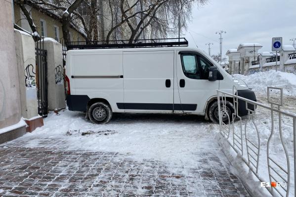 Центр города, Воеводина, 4. Фургон закрыл путь пешеходам