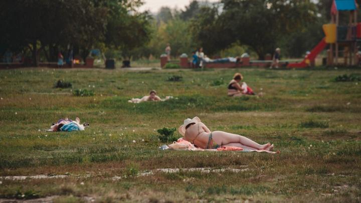 Весь город ушел загорать: фоторепортаж из парков, где тюменцы спасаются от жары