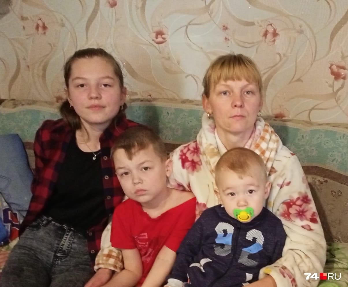 Светлана с тремя младшими детьми