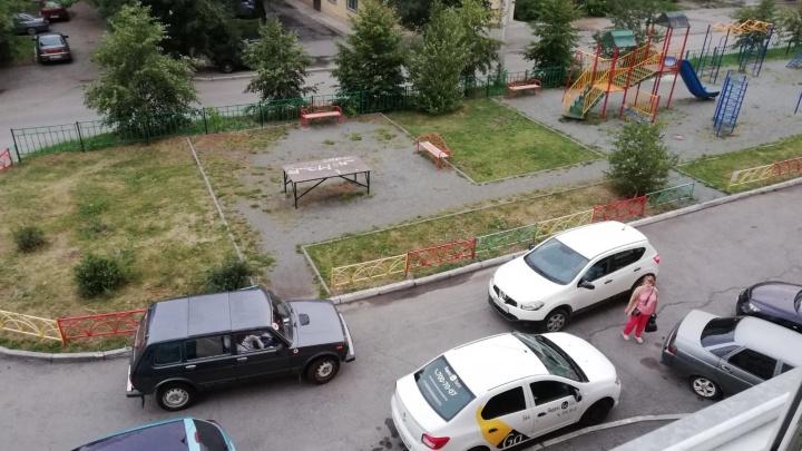 Челябинцев возмутил автомобилист, заблокировавший во дворе машину детской неотложки
