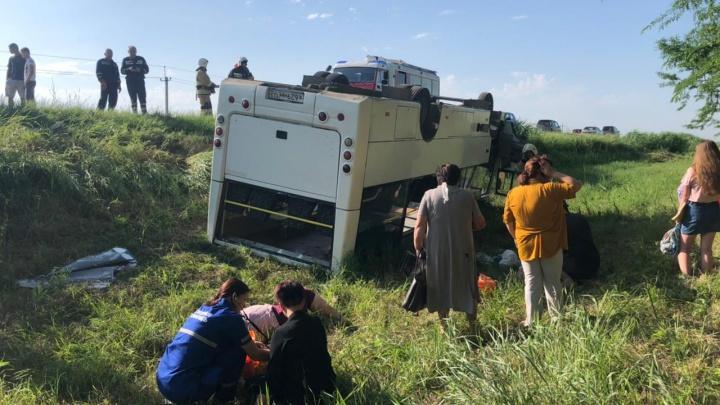 На Кубани после ДТП перевернулся рейсовый автобус
