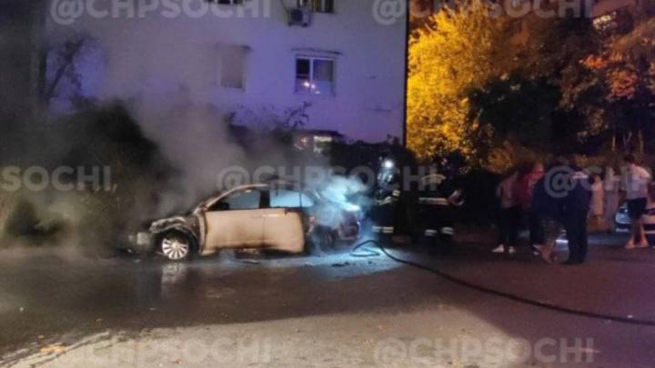 В Сочи ночью сгорели две машины