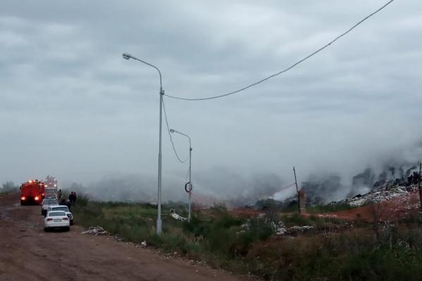 Сегодня на мусорном полигоне загорелись твердые бытовые отходы на площади 150 квадратных метров и 50 квадратных метров резины