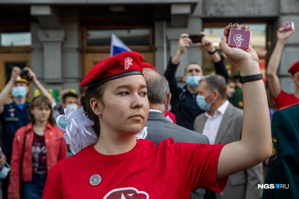 Девушка-юнармеец демонстрирует только что полученный знак членства в этой организации